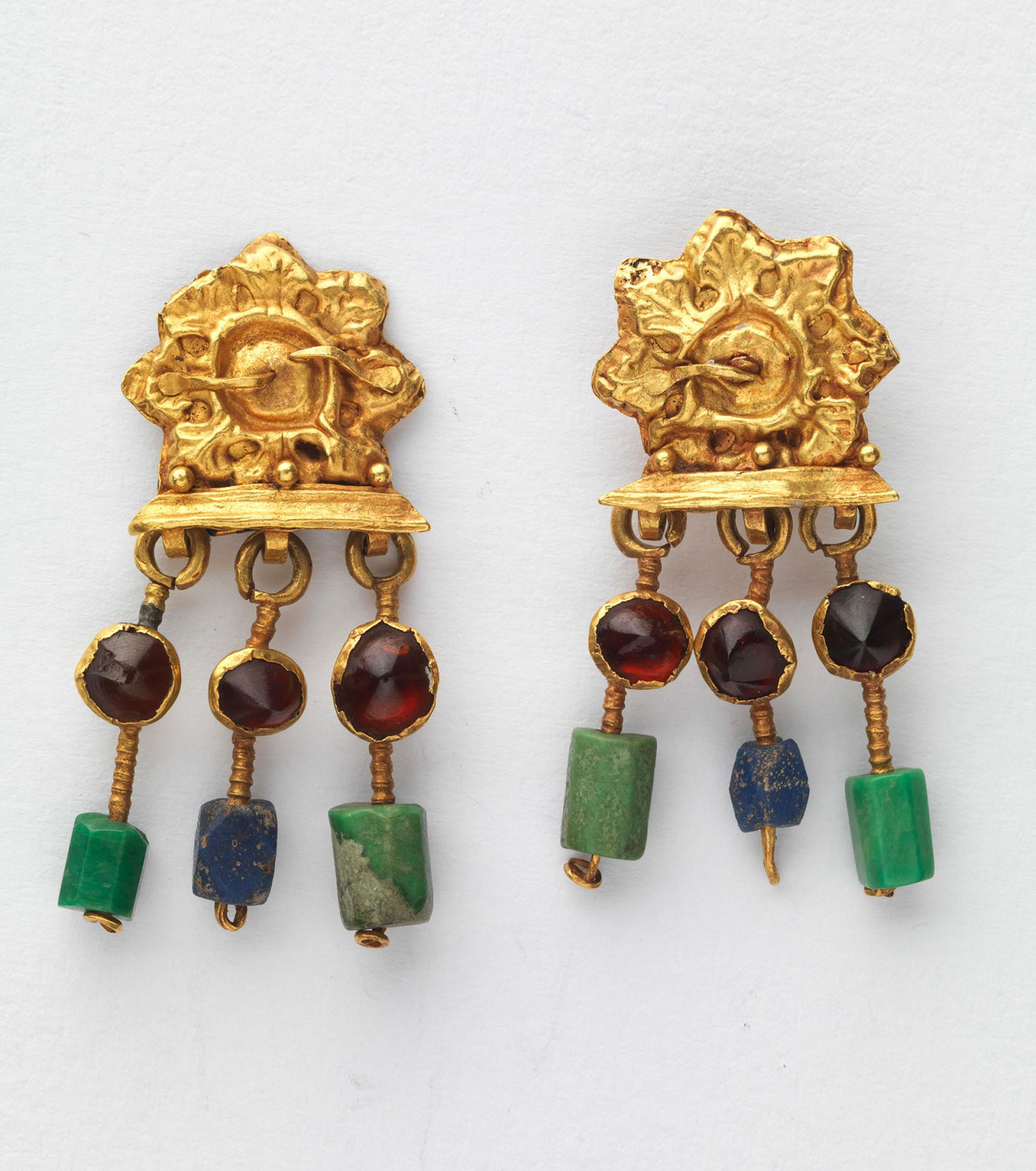 SHM 7940 - A pair of earringsGold - rubby - glassRoman Imperial Period3rd century AD